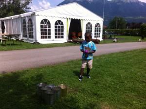 japhet qui joue pendant la kermesse du pré du lac